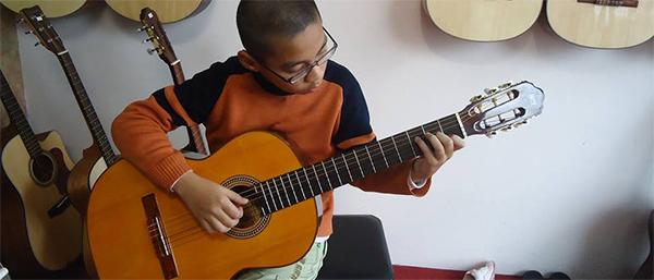 dan guitar classic co dem hat duoc khong
